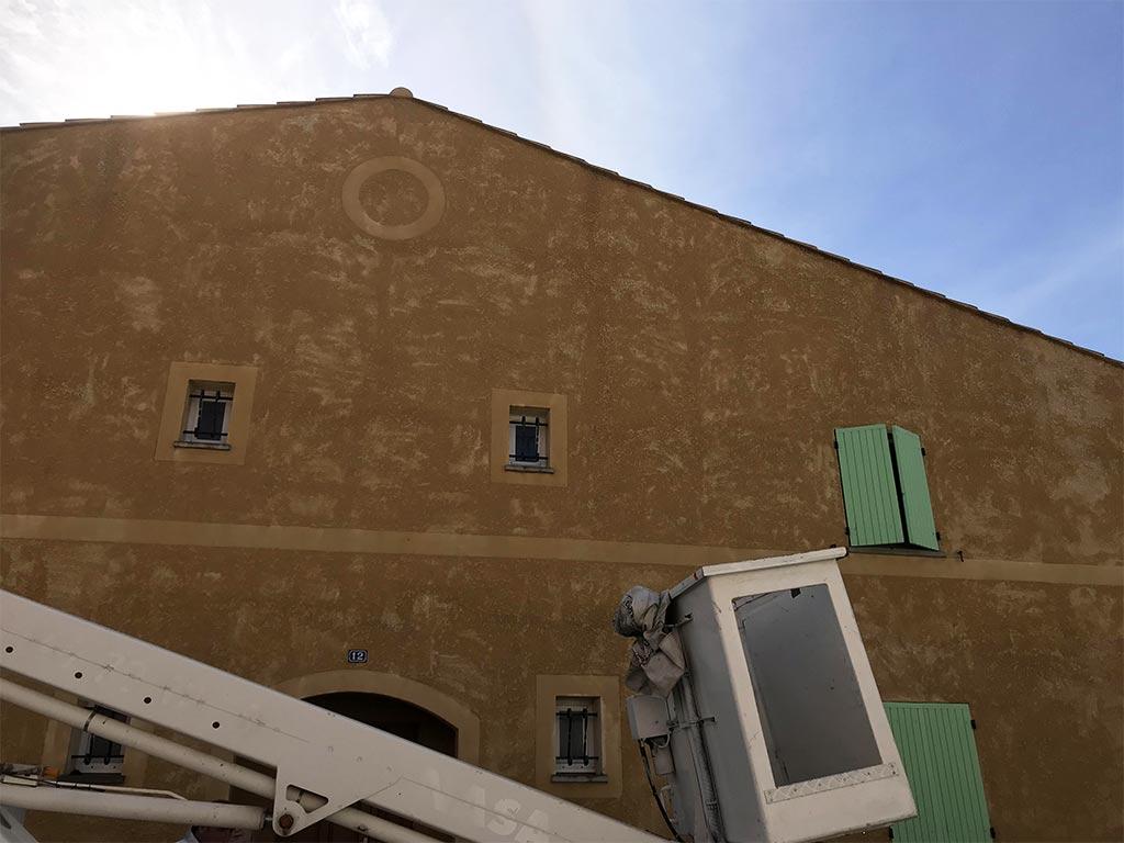 Nettoyage de façade à Eyguières (13) Nacelle, traitement fongicide hydrofuge